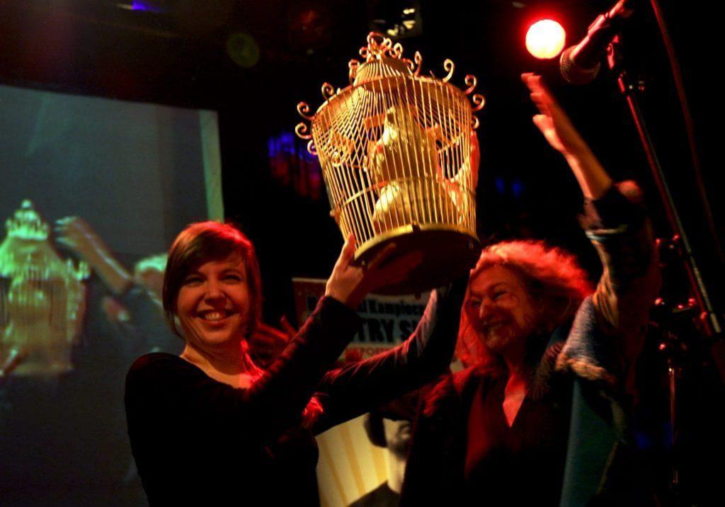 Ellen Deckwitz winnaar NK Poetry Slam Ellen Deckwitz uit Utrecht heeft zaterdagavond het NK Poetry Slam 2009 gewonnen. In Utrecht streden elf dichters om de landstitel. De jury deelde negens uit voor haar optreden. Jurylid Jacques Klöters: ,,Ze trekt ons met haar gedichten naar zich toe. Dat is een geweldig sterke troef.' Ellen Deckwitz won de landstitel 'Slampion 2009', een geldbedrag en de wisseltrofee 'De Gouden Vink', dit jaar voor het eerst vernoemd naar de in juli overleden dichter Simon Vinkenoog. Zijn weduwe Edith Ringnalda reikte de prijs uit. Poetry Slam is een wedstrijd voor beginnende dichters waarin zowel de tekst als de voordracht worden beoordeeld.  In de finale van de podiumwedstrijd voor dichters bestreden Ellen Deckwitz en Peter M. van der Linden elkaar. Zowel het publiek als de jury kozen overduidelijk voor Deckwitz. De finalisten gingen elkaar met woorden te lijf op het podium van Tivoli. Het NK werd georganiseerd door Het Poëziecircus. Ellen Deckwitz kwalificeerde zich met de winst van vier voorrondes. Ze publiceerde in diverse tijdschriften en bloemlezingen en werkt op dit moment aan haar debuutroman. In mei vertegenwoordigt ze  Nederland tijdens het World Slampionship in Parijs.